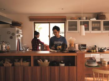 【プランその1:くいしんぼうな夫婦の家】 若い夫婦の暮らしを想定し、2人のこだわりを優先的に満たしたプラン。週末ごとに仲間達が集う家として、ダイビングとリビングをつなげた17帖超えの大空間を設置。料理が大好きという2人のため、キッチンは2人で調理できる広いスペースを確保している。詳細はカタログで