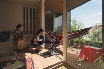 【プランその3:大きなテラスのお家】 大きく広がる窓からつづくテラスとリビングを設けたプラン。伸び伸びと子育てしたい家族にぴったりの住まい。どこにいても家族の様子や自然の移ろいを感じることができ、また2階には子どもの成長に合わせてアレンジできる大空間・学習スペースをレイアウト。自然との一体感のなかで家族がふれあえる、開放感のある住まい。詳細はカタログで