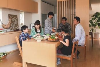 【プランその4:ワイワイ二世帯のお家】 二世帯の大家族で程よいコミュニケーションを楽しむ住まい。22帖越えのリビング・ダイニング・キッチンを大家族のコミュニティースペースとして確保しつつ、各世帯のプライベートスペースも巧みにレイアウト。家族が自然に協力し合い、効率的に家事が楽しめるよう、動線にも配慮。収納スペースもたっぷりと設けた。詳細はカタログで