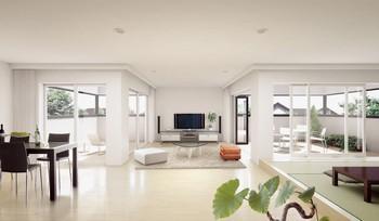 左右に空が拡がるパノラマリビングは、ひと続きの室内と、大開口から見える外の景色が視覚的に一体化するため、実床面積以上に感じる