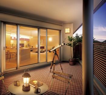 コーナーや大きな窓を有効に使って、内と外をひと続きに。開放的なのにプライバシーがしっかりと守られたスペース