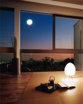 眼下にひろがる家々の灯り。空には煌々とした月の輝き。三階建の床でくつろぎながら、一日の終わりを心安らかに過ごす。大きな窓からは、四季の変化も楽しむことができる