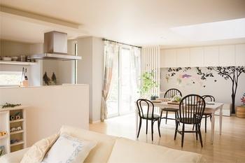 家のまんなかにある大空間「つながるリビング」。ほどよい距離感でつながるので、家族のコミュニケーションがはぐくまれ、自然と家族が集まる空間に