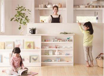 収納を兼ねた子育てにうれしいアイテム。スライドすれば、小さなこどもの立ち入りをやさしく防ぐ