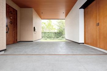 住まいと外の新しい接点「Parking Porch」は、玄関の前に設けた屋根付きの駐車スペース。雨にも濡れず日ざしも避けて、家とクルマを快適に便利につなぐ。広々とした半屋外空間からは、暮らしを楽しむためのさまざまなアイディアが広がる