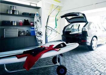 「Parking Porch:その2」アウトドア用品や自転車、ゴルフバックなど、室内におさまらないアイテムはどんな家族にもあるもの。ガレージ内に収納スペースを設ければ、クルマへの出し入れもスピーディー、見た目も美しく、防犯面でも安心。また、アウトドア用品などのメンテナンス空間としても利用でき、アウトドアライフを思う存分楽しめる