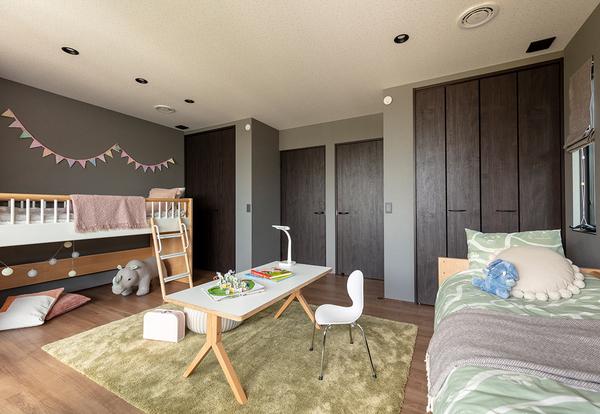 2階は「FREE FLOOR」のコンセプトでつくられた、大自由空間。暮らし方にあわせてアレンジできる空間だ。壁で仕切るのも、あえて大きな空間として使うのも、あなたしだい。大空間を贅沢に使えば、ふたりのためのホビースペースのできあがり