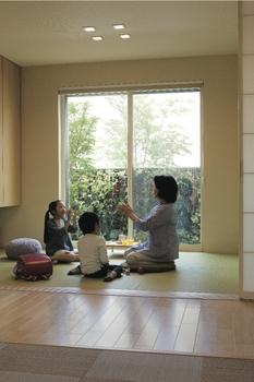 """親子それぞれの世帯の間に共有で使えるマルチスペースを設け、""""いっしょ""""を気兼ねなく。お互いの生活リズムを変えることなく祖父母と孫が定期的に交流でき、「孫育」にも最適です。また、スマートハウスが子どもの帰宅を家族にメールで教えてくれるなど、みんなが安心して暮らせます"""