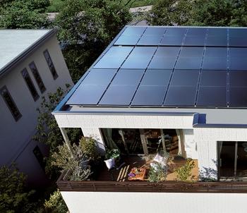 """""""スマートハウスに強いトヨタホーム"""" Cadaのフラットルーフは、美しい外観を保ちながら、大容量の太陽光発電を可能にしていきます。大容量発電ゆえに、あまれば売電・蓄電へ"""