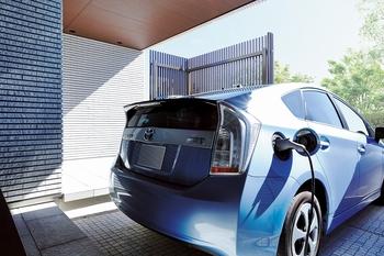 """""""スマートハウスに強いトヨタホーム"""" 電気料金の安い深夜に車の充電をすることで、住まい以外でも省エネを可能にしています。住まいと車の連携の良さから実現できる、電力の使い方。トヨタホームはトヨタグループ総合力を結集した住まい。ゆえにEV・PHVとの相性は抜群"""
