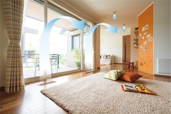 """健康的で快適に暮らせる空気環境をつくる、トヨタホームのオリジナル空調システム""""スマート・エアーズ""""。廊下、洗面脱衣所までを含めた室内で、温度差の少ない快適な居住空間を提供することで、赤ちゃんの未熟な体温調節機能を補います"""