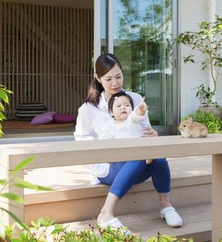 """育んであげたい""""心の発達"""" コミュニケーション力を育むポイント 「触れる」 冒険心いっぱいの赤ちゃんが安全に過せる""""半屋外空間""""。屋外とゆるやかにつながることで、自然を身近に感じ、開放感やくつろぎが得られる「半屋外空間」。何にでも触れたがる赤ちゃんが安全に過ごせる空間として設けました。安心して自然や外部に触れあうことで、社会へふみだす第一歩となります"""