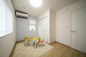 女性の一級建築士が設計を担当したこちらのお宅。家族団らんのひとときを過ごすリビングはまるでホテルのようなゴージャスさとラグジュアリーをあわせ持つ落ち着いたデザインの空間に仕上がった。ゼロエネルギー住宅としての性能だけでなくデザインにもしっかりと配慮しているのはさすがと言える