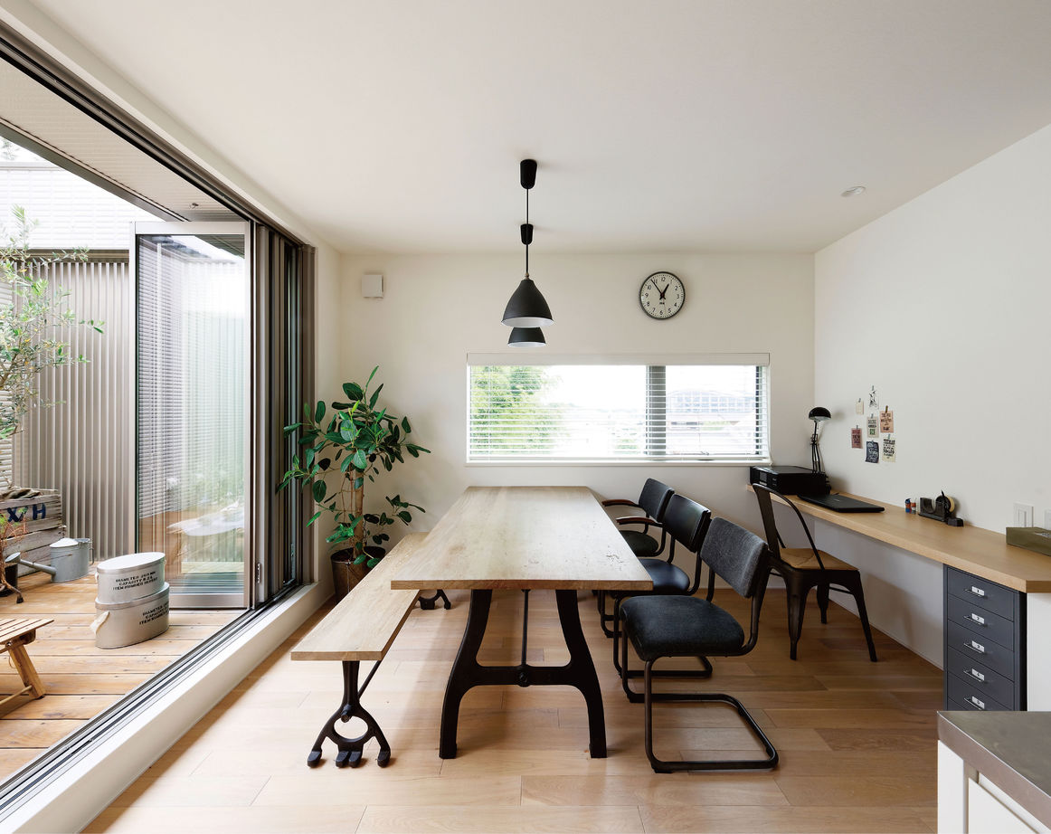 バルコニーの上から取り込まれた光はガラス窓を通して吹抜け空間へと入り、白の壁面にやわらかく反射して家中が心地よい明るさで満たされる。開放的な空間は独自の頑強な鉄骨構造が可能にしたものだ