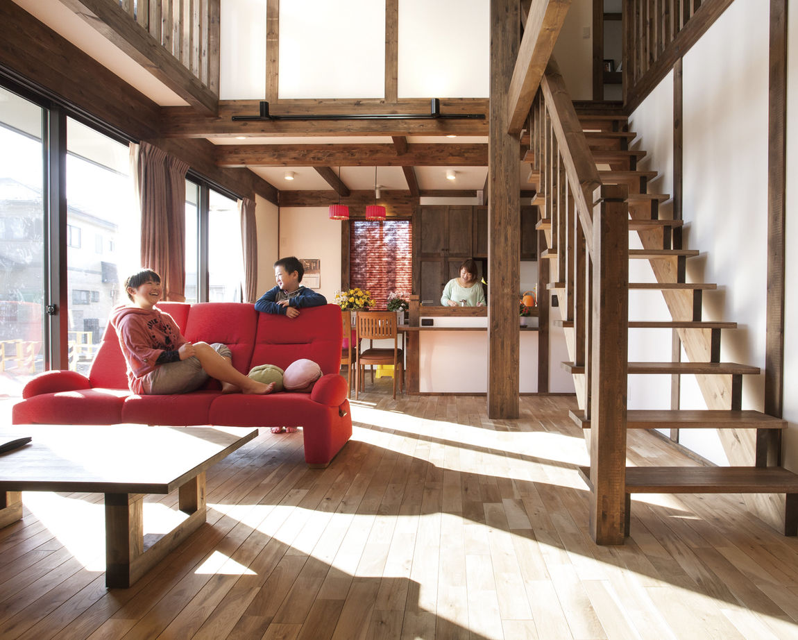 真壁の空間に溶け込む食器棚は同社の造作。室内のトータルコーディネートも得意
