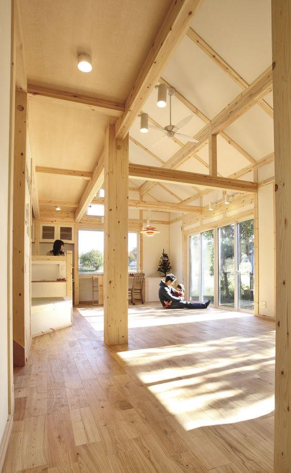 スリット窓からの光が気持ちいい玄関。一歩家に入った瞬間から、木の匂いに包まれる