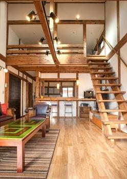 キッチンカウンターは、秋田杉の一枚板を贅沢に採用。レトロな印象を受ける食器棚は、三角氏が考案したオリジナルデザイン。ビスなどの金具が見えないよう、細部まで配慮