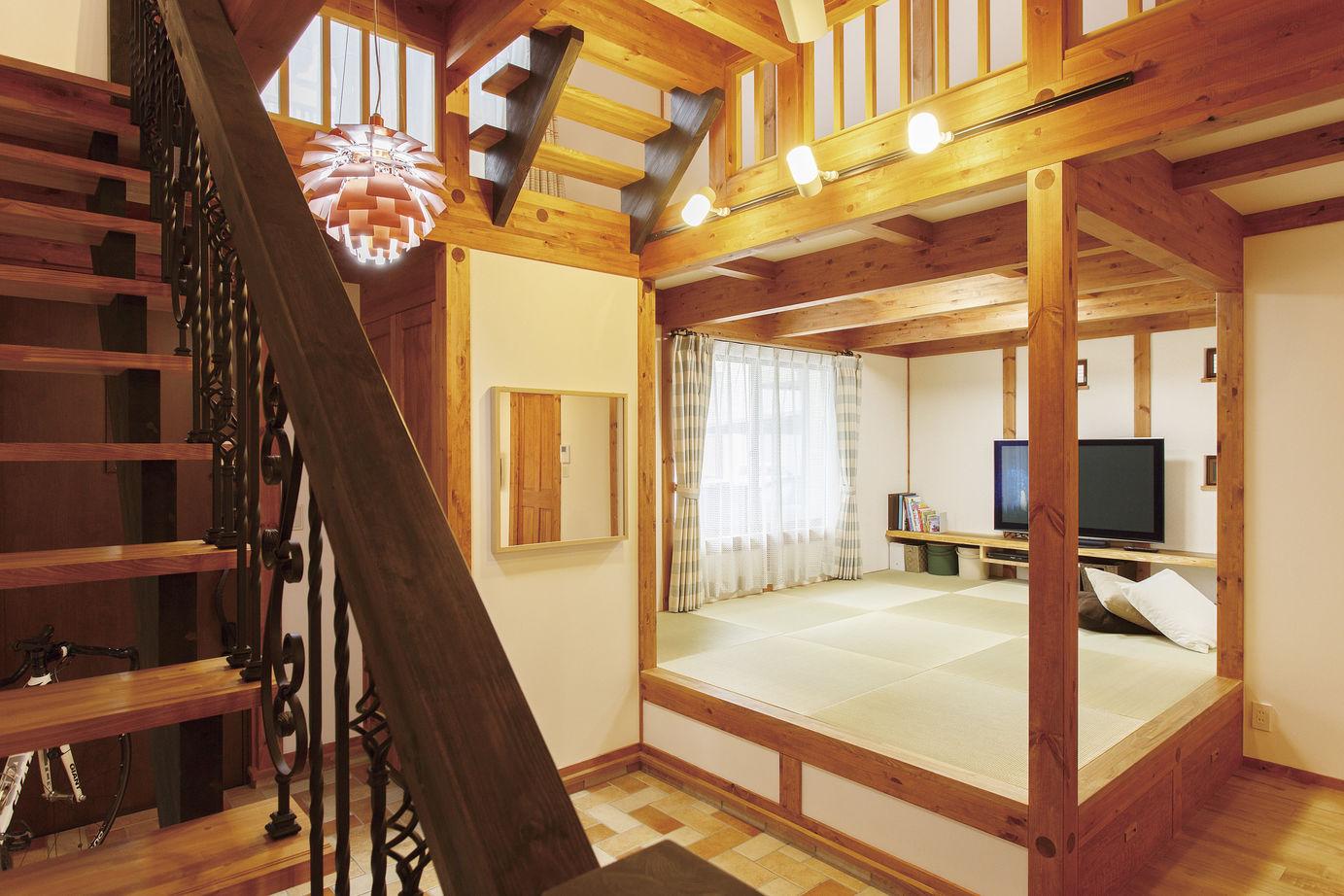 階段の手すりは、立体感と重厚感が魅力のロートアイアンを使って和風でも洋風でもないオリジナルなテイストに。装飾性の高い錬鉄(れんてつ)を使ったアイアンワークは、木の空間とも相性抜群だ