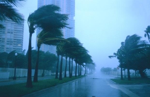 台風に爆弾低気圧…。暴風雨に負...