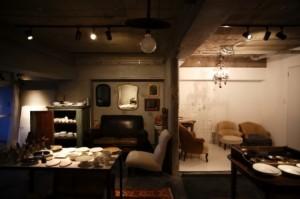 器や家具のコレクションは将来、撮影用のプロップとして貸し出すつもり