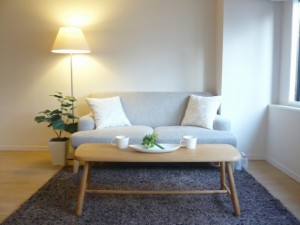 【画像C】家具の色味を床や壁の色に合わせると、まとまった雰囲気に