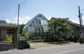 まるで植物園!? ガラス張りの住宅、その住み心地とは?