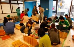 【画像2】ちなみにこの日はオープン前のプレイベントとして、シェアスペースの本棚をみんなでつくるワークショップが催されていました。参加者はマンション住人と地域の方々で30人くらい(写真撮影:SUUMOジャーナル編集部)