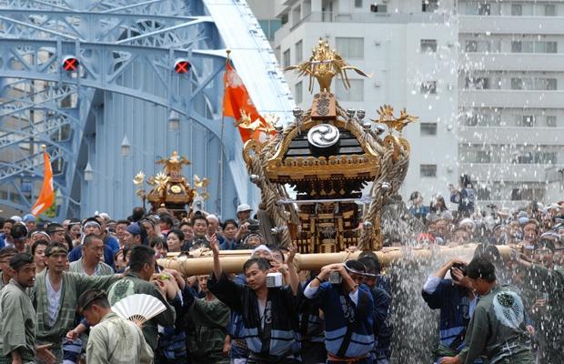 わっしょい! 別名・水掛け祭りと呼ばれる深川八幡祭りとは?