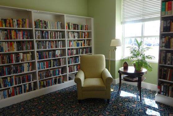 【画像1】住民自治を推進するCCRC「グランビル(Kendal at Granville)」のライブラリー。住民らが家具や絨毯などインテリアを選んだ(写真提供:SUUMOジャーナル編集部)