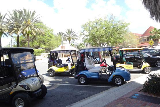 【画像3】移動手段はゴルフカート。さすがは高齢者のための街。「ザ・ビレッジ(The Villages)」(写真提供:SUUMOジャーナル編集部)