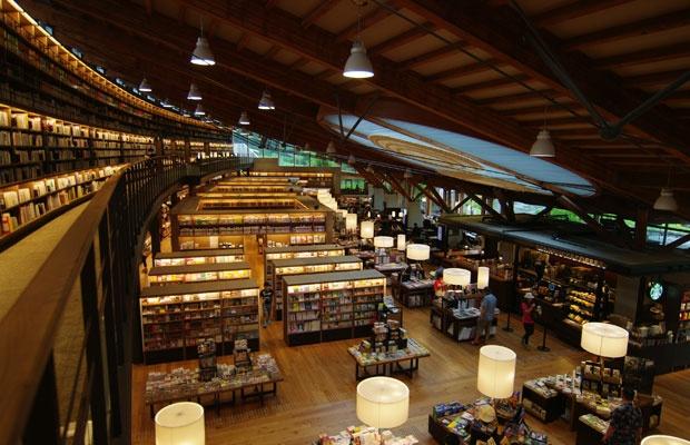 【画像2】2階キャットウォークから見た武雄市図書館。1999年建築の既存図書館を利用して改装した。(写真撮影:村島 正彦)