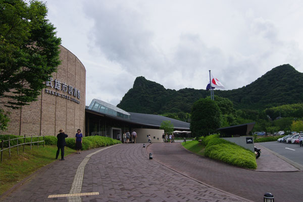 【画像1】武雄市図書館外観。1999年建築の既存図書館を利用して改装した(写真撮影:村島 正彦)