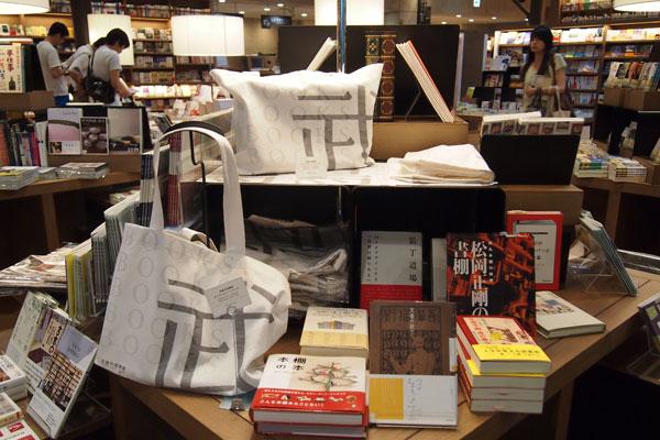 【画像4】エントランスホールの販売ゾーン。オススメの本が平積みされ、武雄市図書館オリジナルグッズも並ぶ(写真撮影:SUUMOジャーナル編集部)