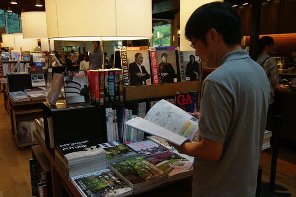 【画像5】販売ゾーンには雑誌が600タイトル。「GA」や「a+u」など、大きめの都市の書店でしかなかった建築専門誌も並ぶ(写真撮影:SUUMOジャーナル編集部)
