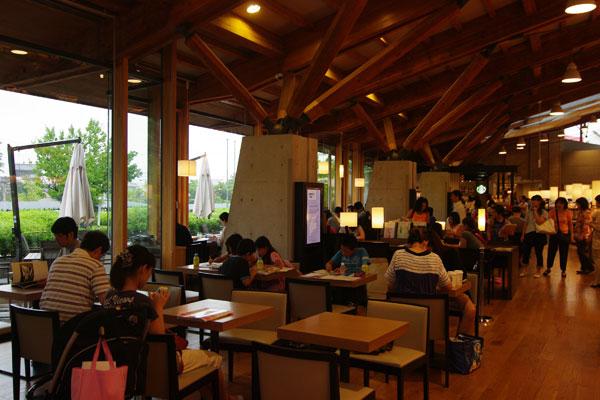 【画像6】スターバックスコーヒーのコーナー。販売用の雑誌・書籍、図書館の蔵書いずれも館内であれば、どこでも自由に読むことが可能だ(写真撮影:SUUMOジャーナル編集部)