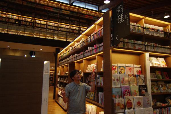 【画像7】右側の「料理」という黒いサインは図書館の本、左側の「文庫」という白いサインは販売用の本だ(写真撮影:SUUMOジャーナル編集部)