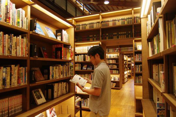 【画像8】閉架を開架棚にしたことで、これまでの倍の20万冊の図書が閲覧可能に。背の高い書架で「本の森」にたたずむ気分に(写真撮影:SUUMOジャーナル編集部)