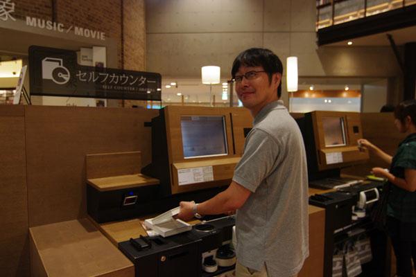 【画像9】エントランス脇にあるセルフカウンターで、本の貸し出しを自分で行うとポイントが貯まる(写真撮影:SUUMOジャーナル編集部)