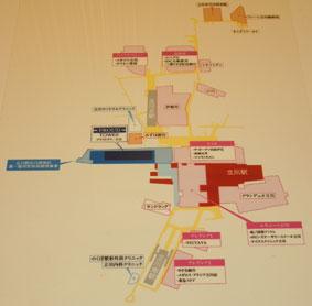 【写真1】デッキでつながれた周辺の商業施設など(写真撮影:山本 久美子)