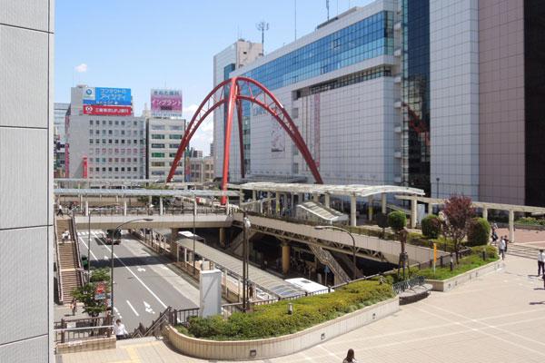 【写真2】駅前から続くデッキで上り下りなく移動が可能(写真撮影:山本 久美子)