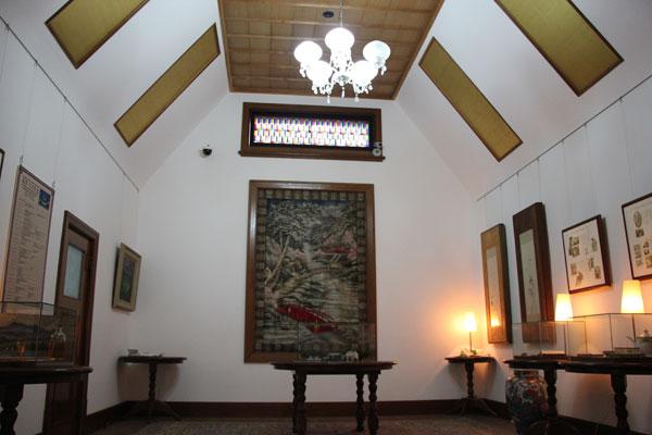 【画像3】玄関の土間を上がると玄関ホール。空間全体や照明などは洋風だが、格天井や金箔を張った斜め天井の装飾などに和の風情がある(写真撮影:田方みき)