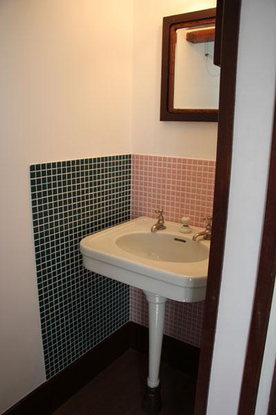 【画像5】リタの寝室に設けられた洗面台(非公開)。身長167cmのリタが使いやすいよう、洗面台の高さは86cm。高めにつくられている(写真撮影:田方みき)