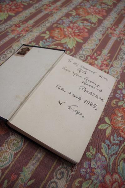 【画像7】リタから「マッサン」と呼ばれていた政孝がリタに贈った本。「 Massan」というサインが見える(写真撮影:田方みき)