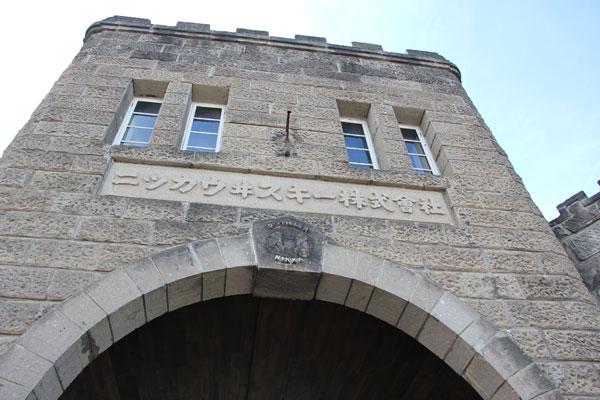 【画像8】見学者を迎えてくれる正面の正門。堂々とした石造りだ(写真撮影:田方みき)