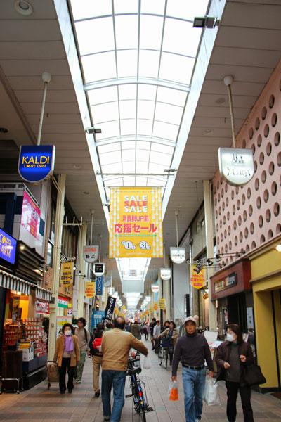 【画像1】かつて小倉の商人たちが自らの資金でアーケードをかけたという魚町銀天街(画像提供:北九州家守舎)