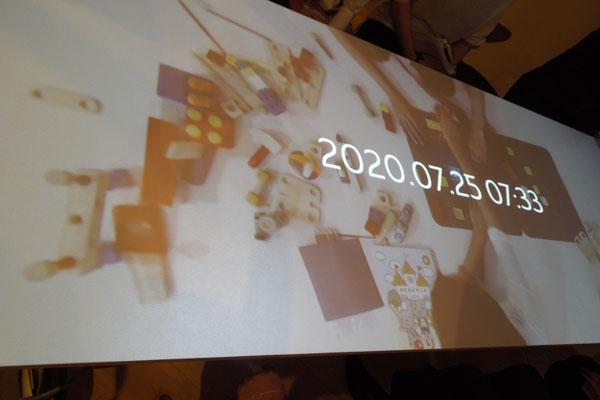 【画像1】キオクスル食卓。真上から撮影したダイニングテーブルが再現される(写真撮影:山本久美子)