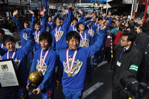 【画像2】写真は平成23年に全国高校サッカー選手権を制覇した「イチフナ」こと、市立船橋のサッカー部の優勝パレードの様子。多くの市民が訪れ一体となって祝福(画像提供:船橋市)