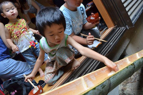 【画像2】子どもたちも身を乗り出してそうめんをキャッチ(写真撮影:内田友紀)