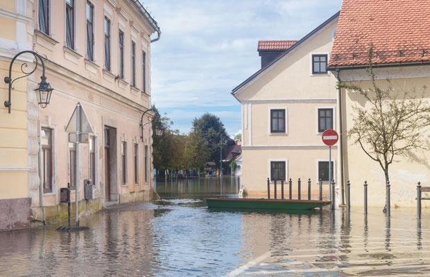 大型台風やゲリラ豪雨、自宅の水害対策はどうしたらよい?(写真:kasto / 123RF)