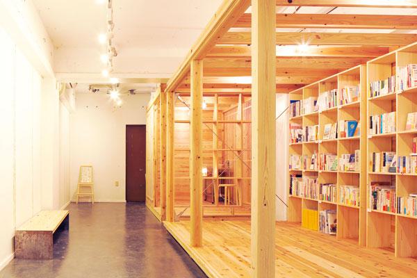 【画像3】宮城県石巻市中央、内装をセルフビルドでつくった『石巻 まちの本棚』(画像提供:まちの本棚プロジェクト)